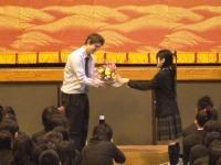 生徒会長から花束贈呈